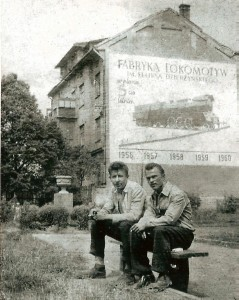 Parowóz Ol49 na fasadzie budynku przy ulicy Sokoła 23 w Chrzanowie w roku 1957.